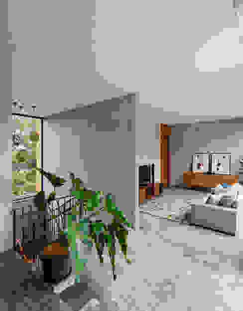 Estudios y despachos de estilo tropical de Tamara Wibowo Architects Tropical Concreto