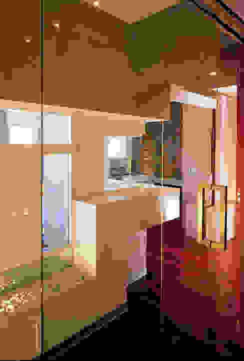 Elle shaped house officinaleonardo Ingresso, Corridoio & Scale in stile minimalista Legno Bianco