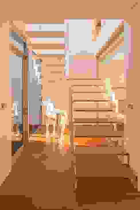 台南自地自建北歐風 現代風玄關、走廊與階梯 根據 勝暉建築工程行 現代風