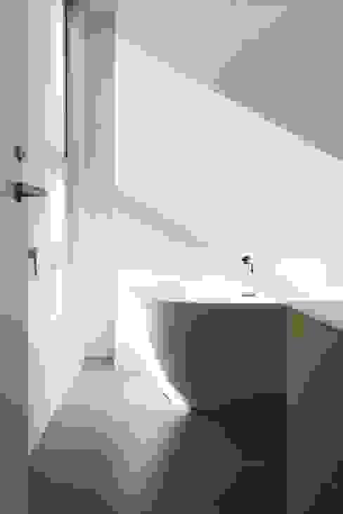 台南自地自建北歐風 現代浴室設計點子、靈感&圖片 根據 勝暉建築工程行 現代風