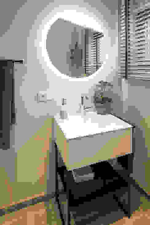MAXIM - Gästebadezimmer mit beleuchtetem Spiegel Moderne Badezimmer von FingerHaus GmbH - Bauunternehmen in Frankenberg (Eder) Modern