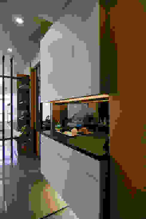 Pasillos, vestíbulos y escaleras de estilo clásico de 青築制作 Clásico