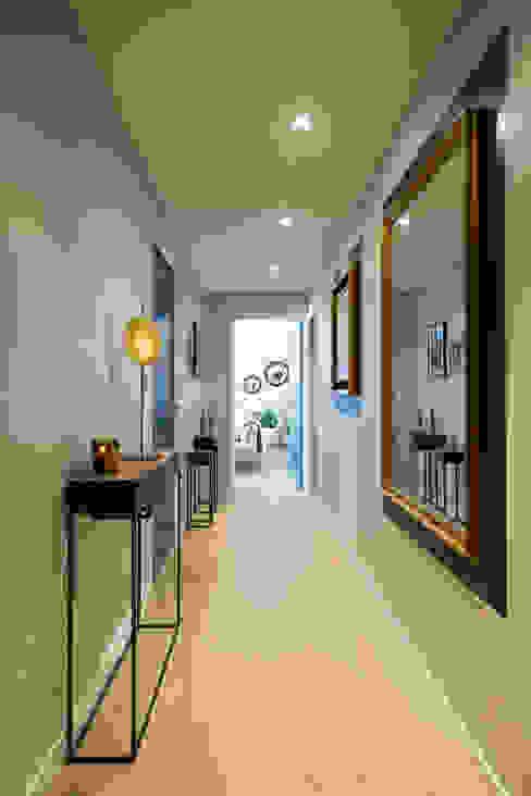 Pasillos, vestíbulos y escaleras de estilo moderno de Julie Chatelain Moderno