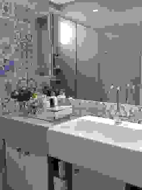 Bathroom by Joana Rezende Arquitetura e Arte