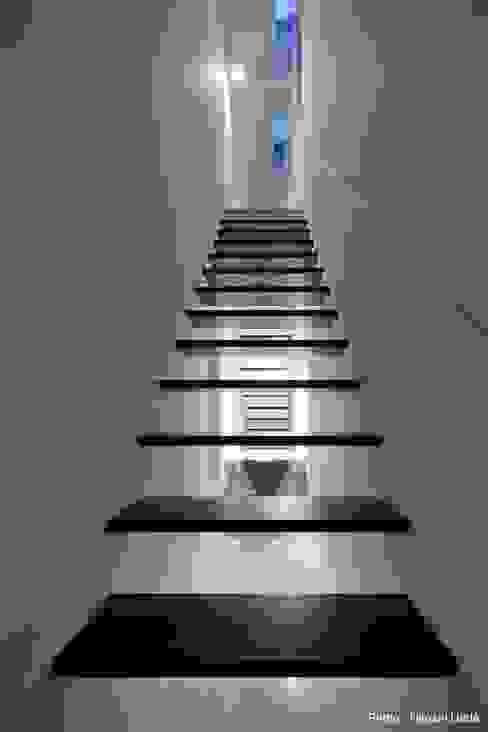 2階リビングへの階段 石川淳建築設計事務所 階段 木 黒色