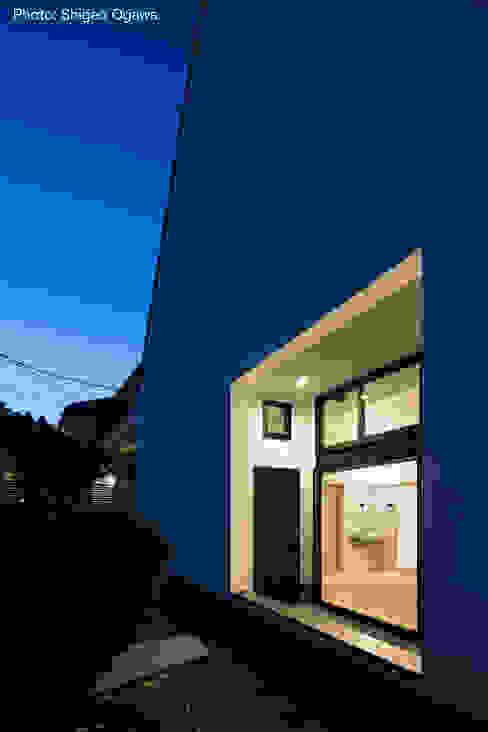 親世帯玄関ポーチ 石川淳建築設計事務所 ミニマルスタイルの 玄関&廊下&階段 白色