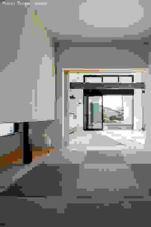 親世帯の寝室 石川淳建築設計事務所 ミニマルデザインの 多目的室 木目調