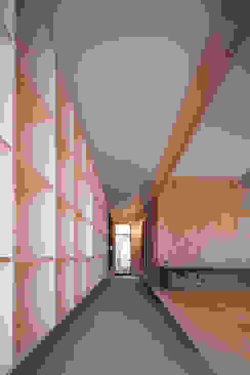 玄関(通り土間)※障子を開けた時 一級建築士事務所 SAKAKI Atelier モダンスタイルの 玄関&廊下&階段 木 木目調