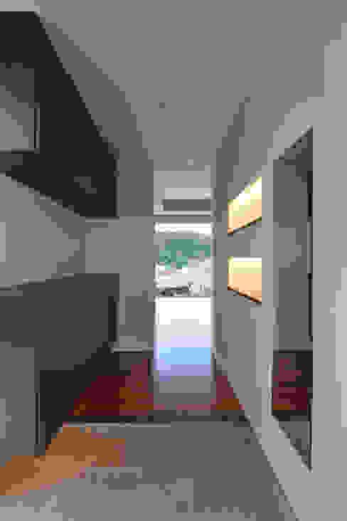 森の二世帯 モダンスタイルの 玄関&廊下&階段 の 久友設計株式会社 モダン
