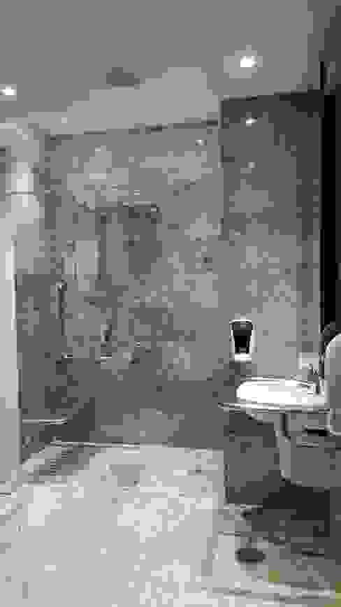 Banheiros Luxuosos e Confortáveis / Acessibilidade TC Arquitetura por Tereza Costa Bares e clubes tropicais Mármore Branco