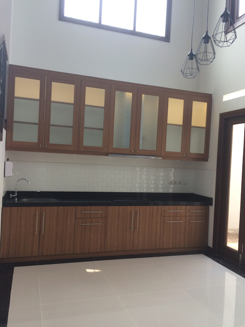 Kitchen Set:  Dapur built in by Kahuripan Architect