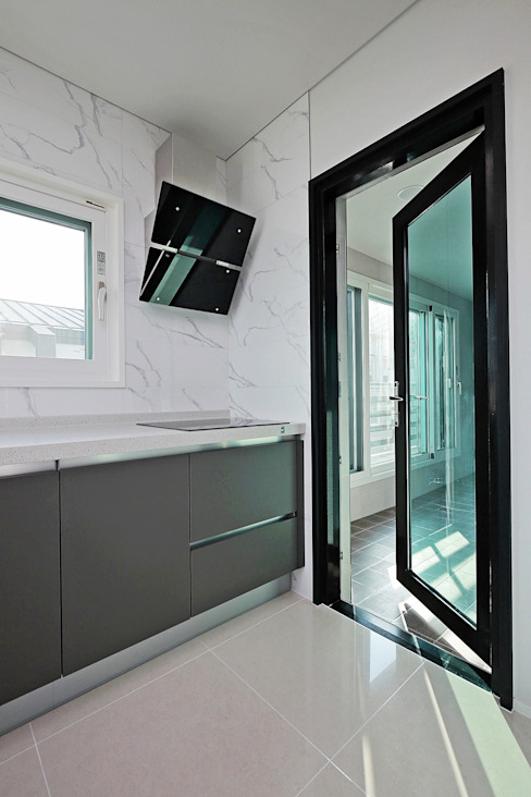 Cucina moderna di 피앤이(P&E)건축사사무소 Moderno