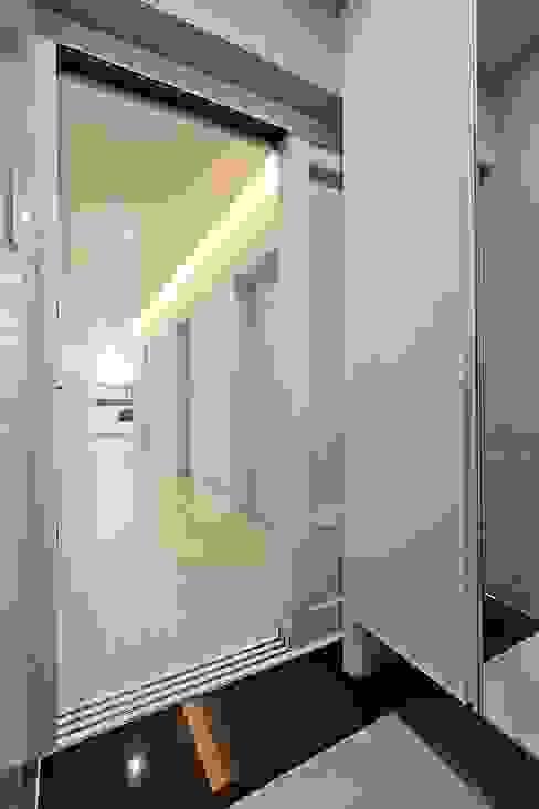 Ingresso, Corridoio & Scale in stile moderno di 피앤이(P&E)건축사사무소 Moderno