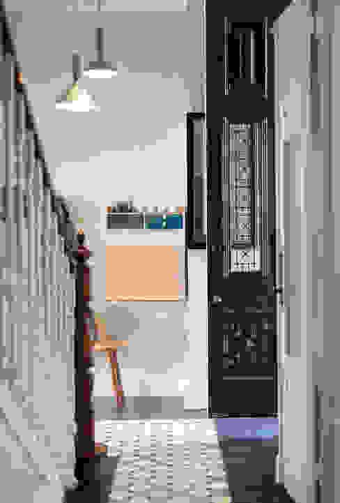 ShiStudio Interior Design Koridor & Tangga Gaya Rustic Kayu White