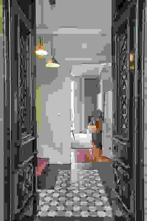 ShiStudio Interior Design Ingresso, Corridoio & Scale in stile rustico Legno Verde
