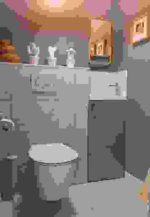 Espace toilettes avec lave-mains HOME feeling Escalier Gris