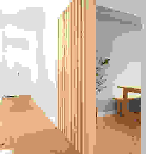 Pasillos, vestíbulos y escaleras escandinavos de Homestories Escandinavo