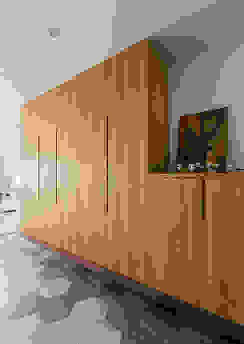 Pasillos, vestíbulos y escaleras de estilo minimalista de 邑田空間設計 Minimalista Azulejos