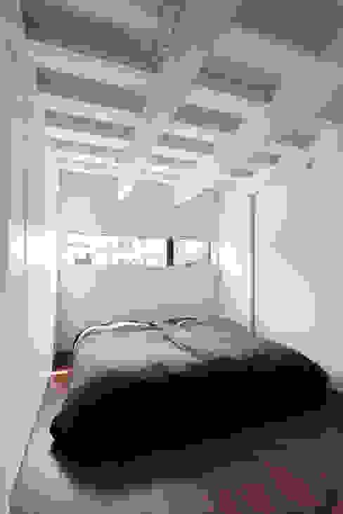 Minimalist bedroom by 小松隼人建築設計事務所 Minimalist