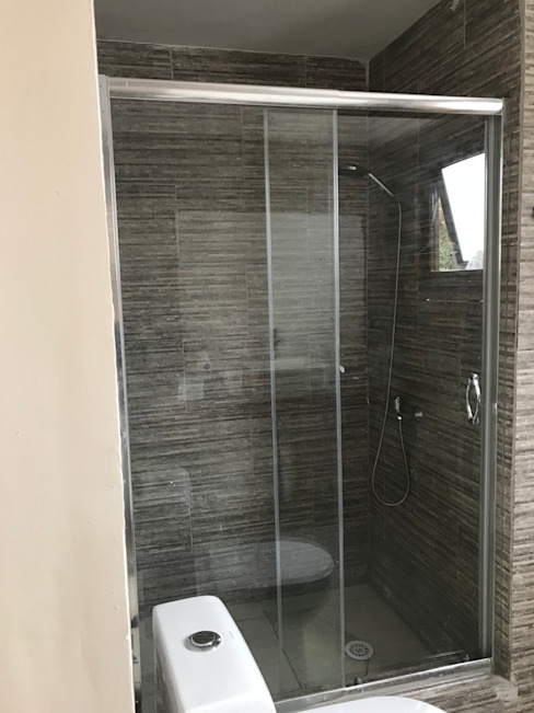 Baño en suite de homify Moderno Piedra