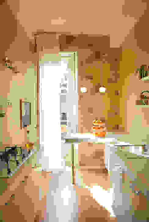 Glossy white kitchen with pea green walls Studio 29 Architects ltd Kitchen units Green