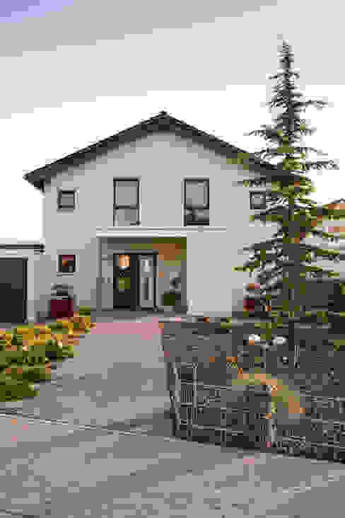 Prefabricated homes: Design ideas, inspiration & pictures by FingerHaus GmbH - Bauunternehmen in Frankenberg (Eder) Classic