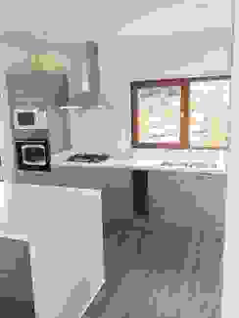 od Territorio Arquitectura y Construccion - La Serena Minimalistyczny Drewno O efekcie drewna