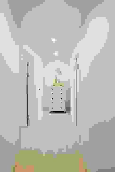 Pasillos, vestíbulos y escaleras modernos de 위드하임 Moderno