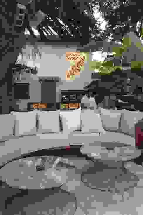 Open Air Bar Phòng khách phong cách nhiệt đới bởi Orkun İndere Interiors Nhiệt đới