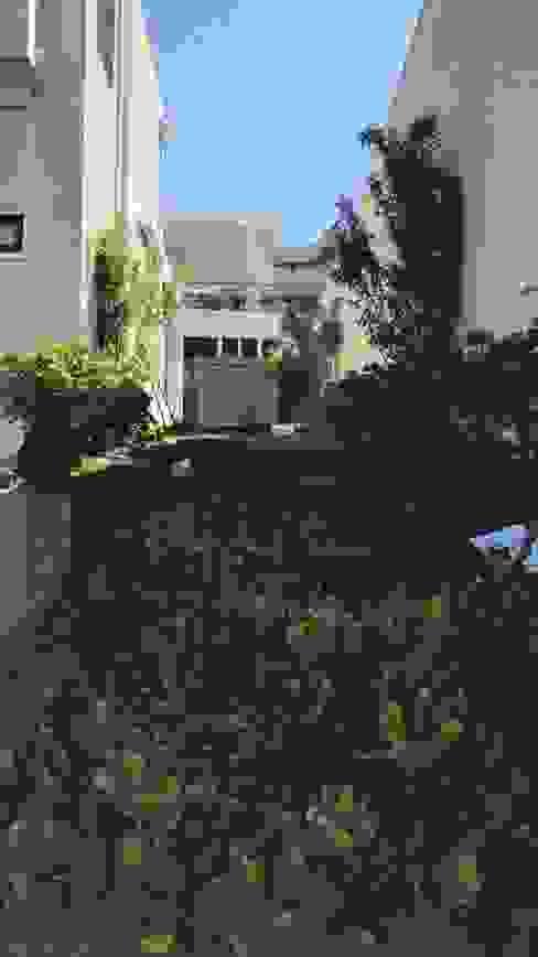 PAISAJISMO CASA LO BARNECHEA Jardines de estilo mediterráneo de ATELIER3 Mediterráneo