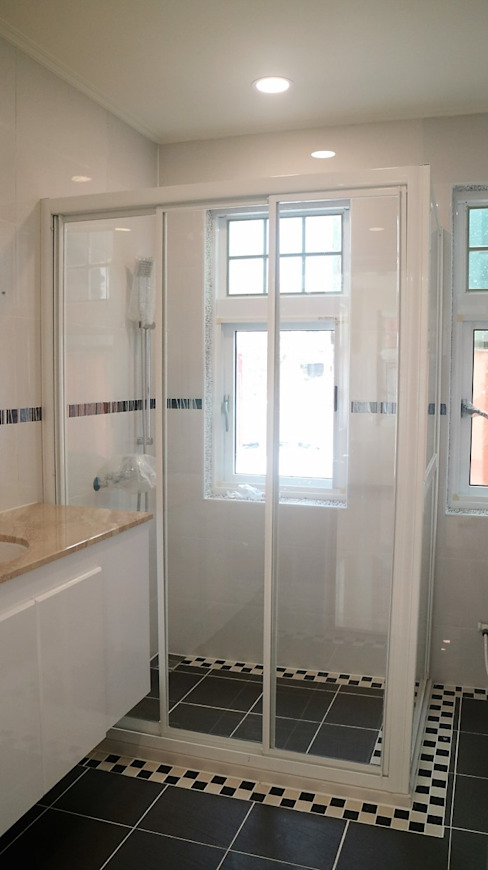 Bathroom by 築地岩移動宅