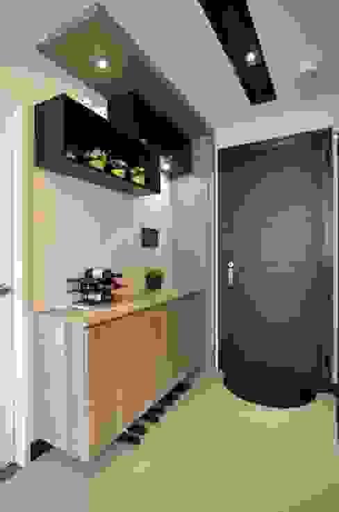 Modern Corridor, Hallway and Staircase by 奇恩室內裝修設計工程有限公司 Modern