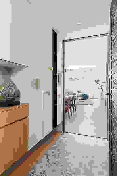 Pasillos, vestíbulos y escaleras de estilo escandinavo de 知域設計 Escandinavo