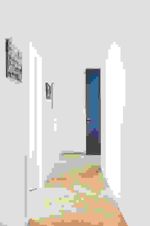Attico alla Cà Brutta studio wok Ingresso, Corridoio & Scale in stile moderno