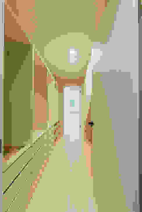生活感を抑えた大理石調床の白い家 株式会社JA建設エナジー モダンデザインの ドレッシングルーム 白色