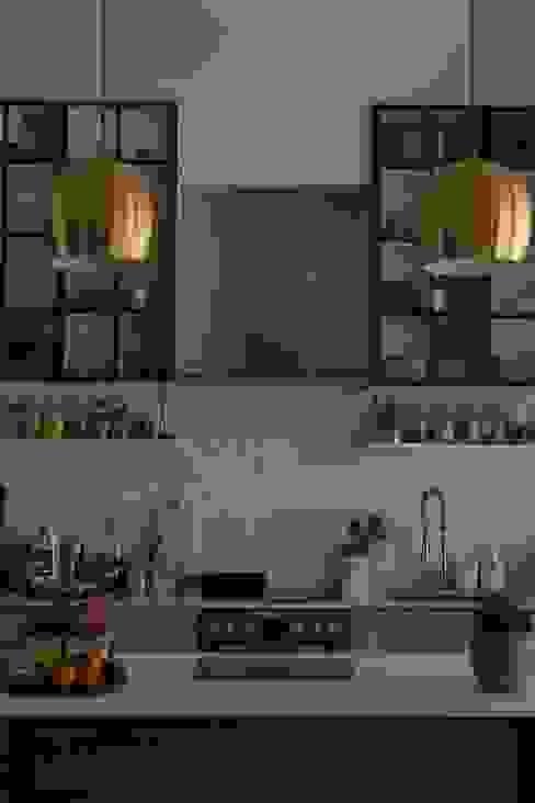 matching oversized brass chandeliers von Ivy's Design - Interior Designer aus Berlin Modern Kupfer/Bronze/Messing