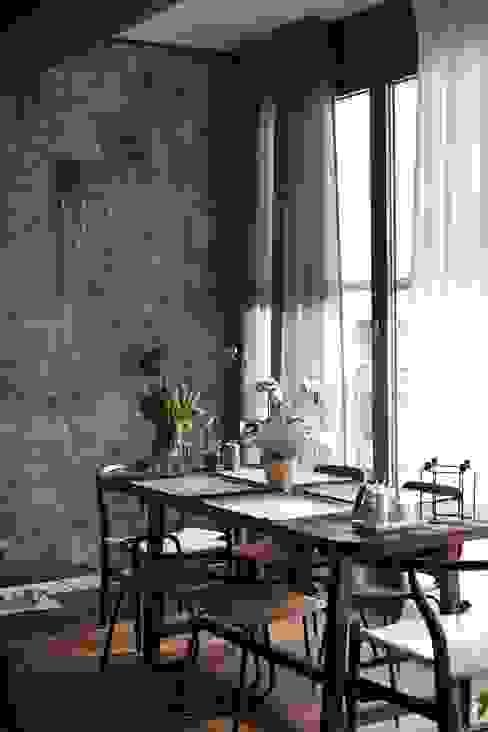 custom made wooden dining table and art wall Moderne Esszimmer von Ivy's Design - Interior Designer aus Berlin Modern Holz Holznachbildung