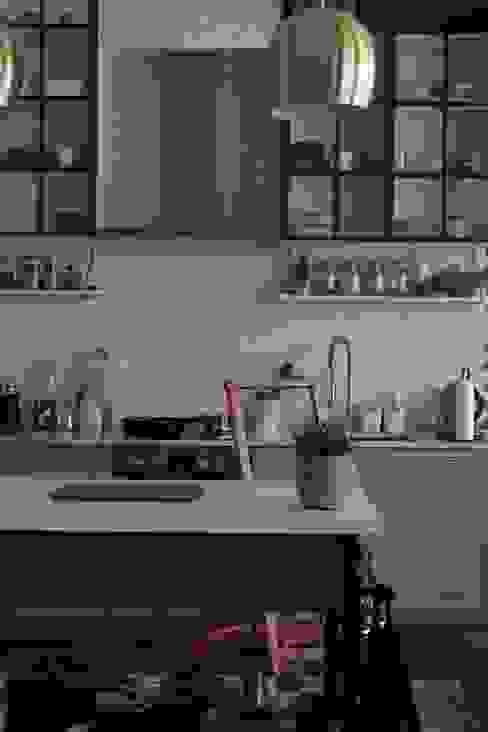 white kitchen working area von Ivy's Design - Interior Designer aus Berlin Modern Kalkstein