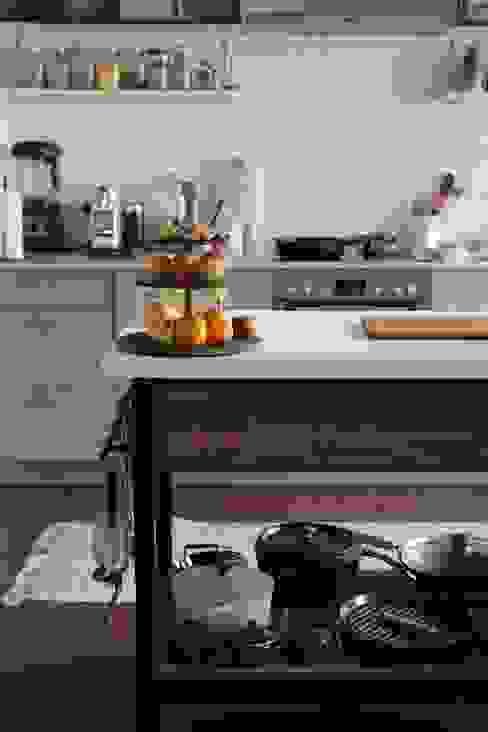 kitchen storage and accessoire: modern  von Ivy's Design - Interior Designer aus Berlin,Modern Eisen/Stahl