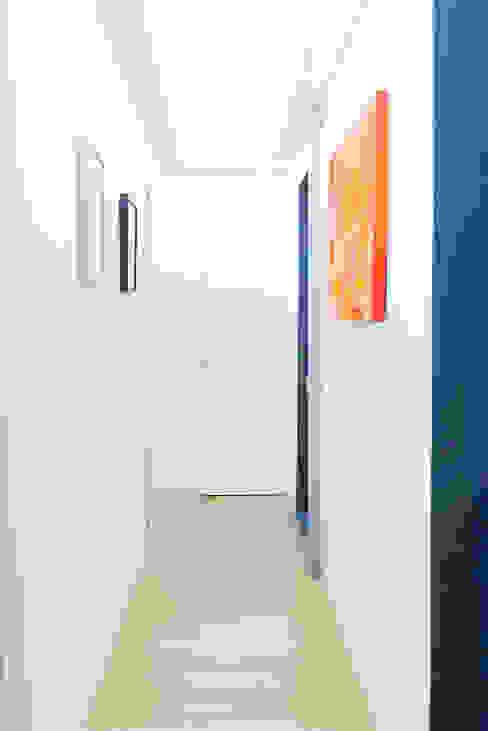 Il secondo corridoio VITAE Studio Architettura Ingresso, Corridoio & Scale in stile minimalista