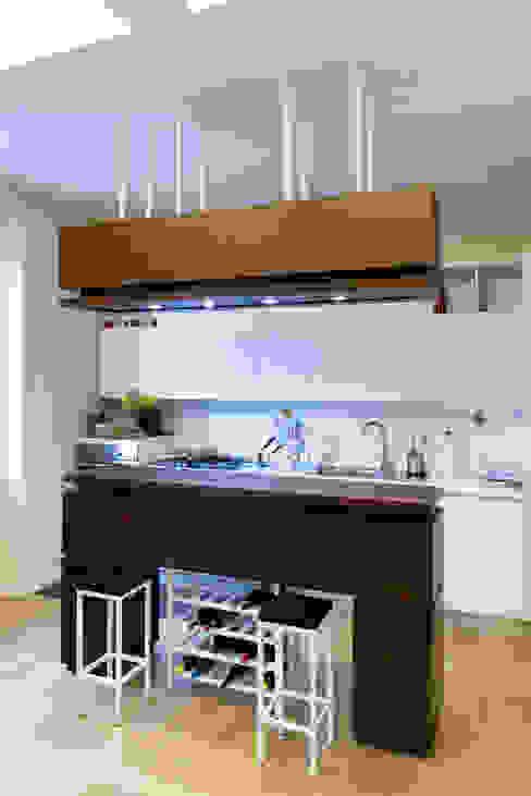 Il mobile-isola-contenitore della zona cucina VITAE Studio Architettura Cucina minimalista
