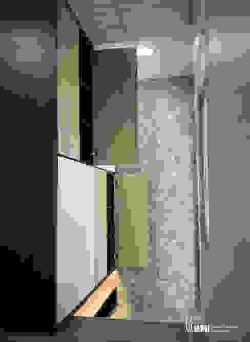Pasillos y hall de entrada de estilo  por 以恩設計