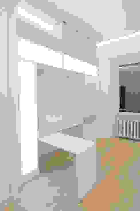 Parete attrezzata ufficio Falegnameria Grelli Ingresso, Corridoio & Scale in stile moderno Legno Bianco