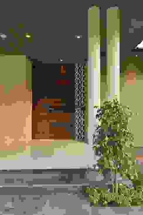 HEERA BLUE WATERS Modern style doors by smstudio Modern