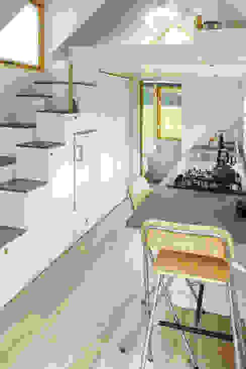 Keuken met trap: modern  door Studio D8, Modern