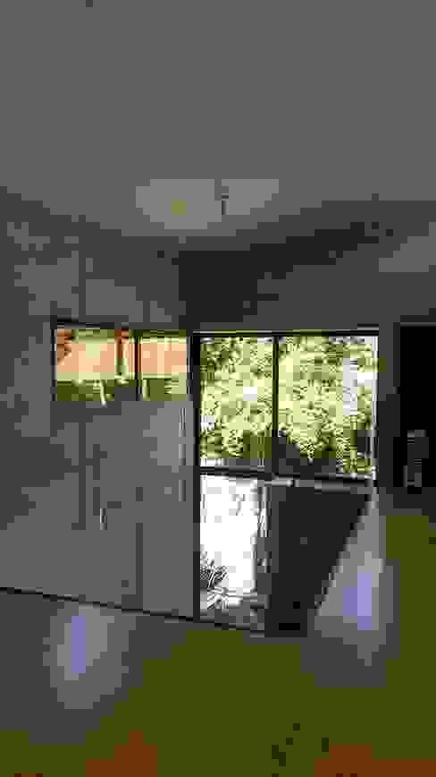VACIO HALL DE ACCESO Pasillos, vestíbulos y escaleras modernos de homify Moderno