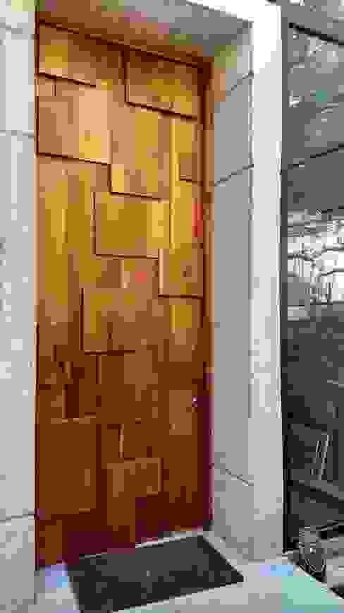 PUERTA DE ACCESO PRINCIPAL de homify Moderno Madera Acabado en madera