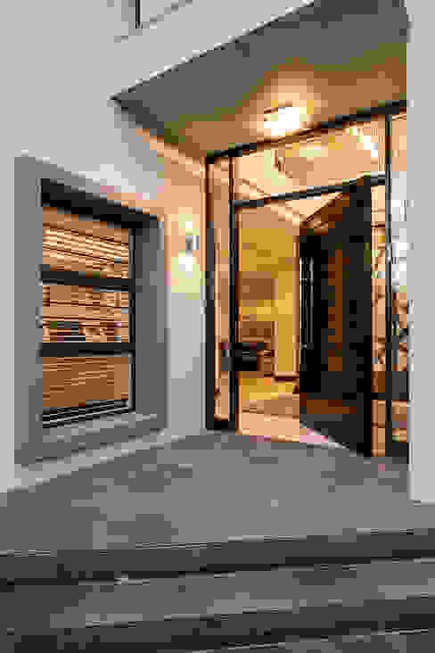 Puertas de estilo  por Inso Architectural Solutions , Moderno Aluminio/Cinc