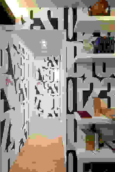 Pasillos y hall de entrada de estilo  por Patrizia Burato Architetto