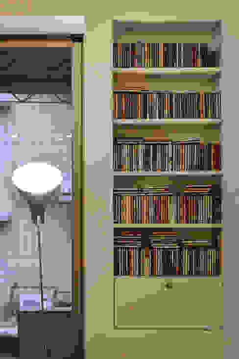 沙發旁的CD小架也成為美麗的一景 现代客厅設計點子、靈感 & 圖片 根據 王采元工作室 現代風